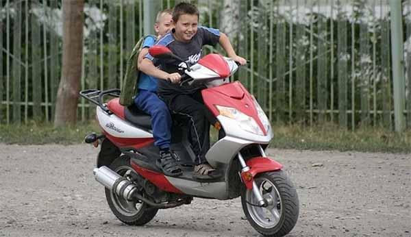 С каких лет можно ездить на скутере и нужны ли права?